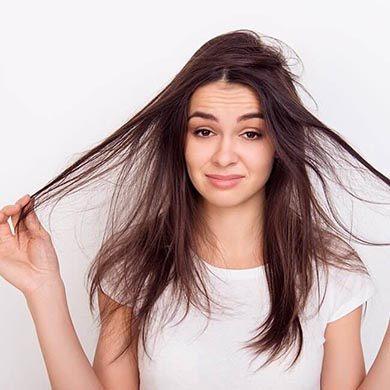 Derfor får du tørt hår, og sådan kan du undgå det