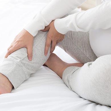Hævede ben – årsager og behandling