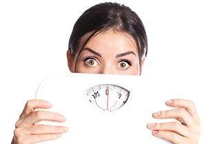 kvinde holder en vægt